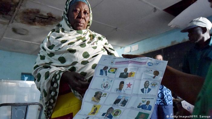 Une électrice dans un bureau de vote de Ouagadougou lors de la présidentielle de novembre 2015