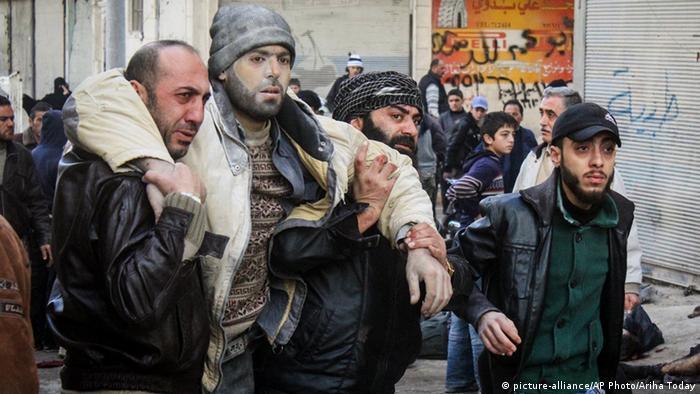 Helfer nach den russischen Luftangriffen in Ariha, 29.11.2015 (Foto: AP)