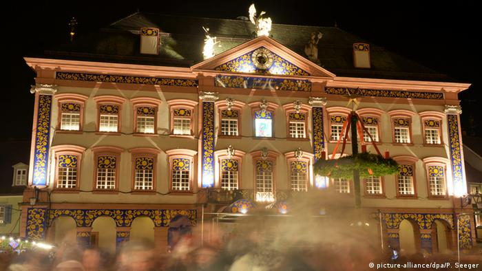 Adventskalender Haus (picture-alliance/dpa/P. Seeger)
