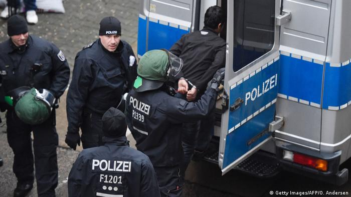 Zusammenstöße zwischen Flüchtlingen und Polizei am Flughafen Tempelhof Berlin (Getty Images/AFP/O. Andersen)