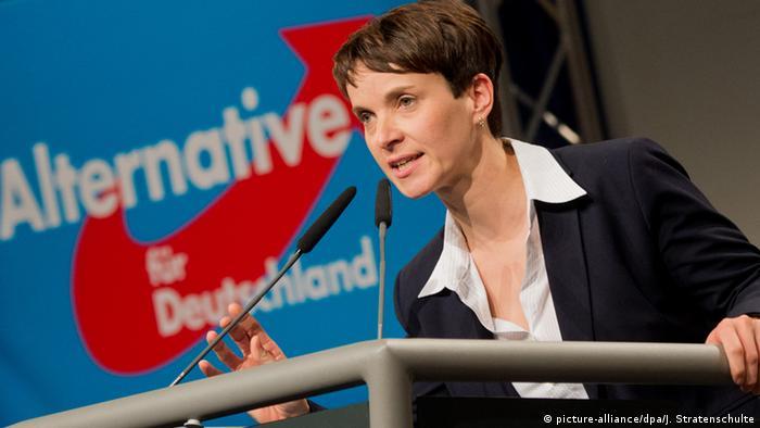 Frauke Petry am Rednerpult beim AfD-Bundesparteitag in Hannover (Foto: dpa)