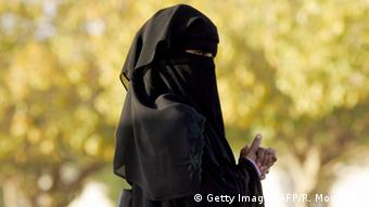 Symbolbild Saudi Arabien Frau Politik (Getty Images/AFP/R. Moghrabi)