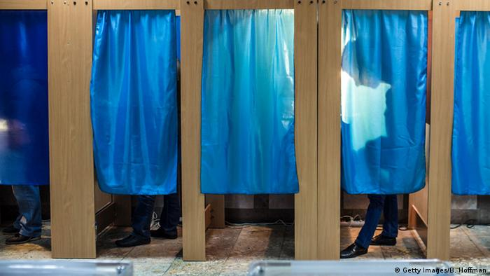 Кабінки для голосування із блакитними шторами під час виборів в Україні, фото з архіву