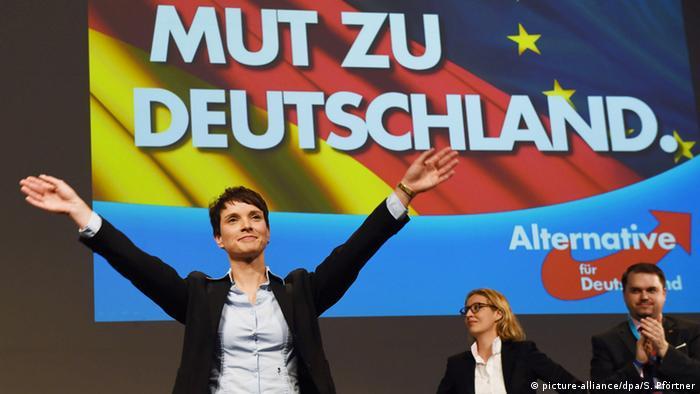 En primer plano, la presidenta del partido Alternativa para Alemania, Frauke Petry.