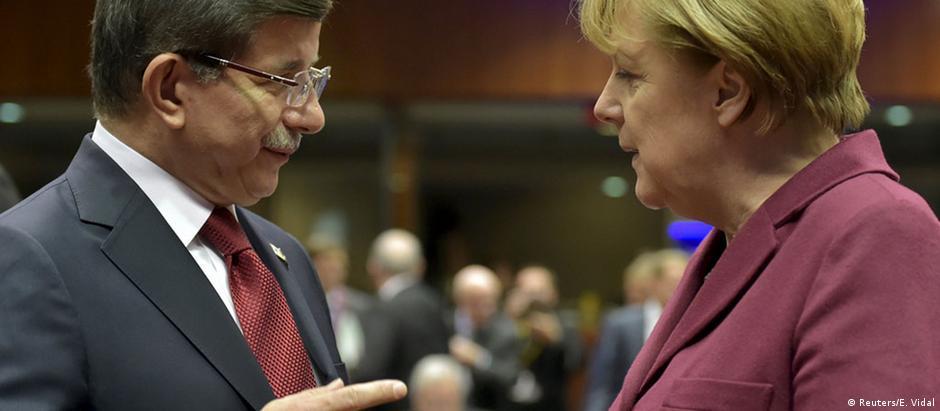 Angela Merkel e Ahmet Davutoglu: questão migratória será central no encontro desta sexta-feira