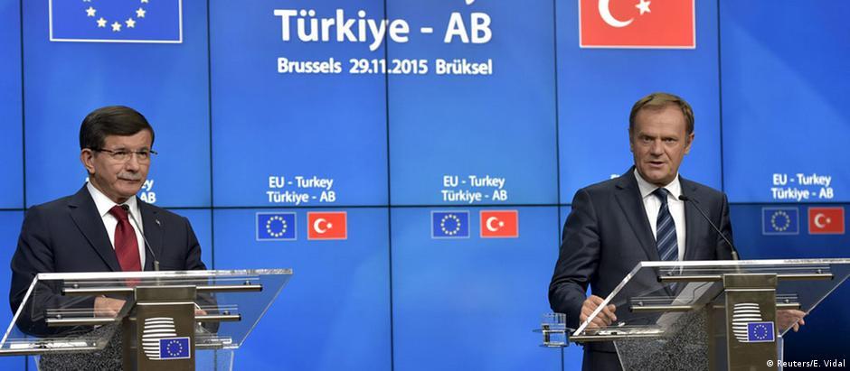 Davutoglu (esq.) e Tusk: bloco europeu vai aliviar restrições de visto para turcos a partir de outubro de 2016
