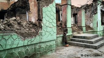 Mädchen vor zerstörter Ladenfront in Kundus (Foto: DW/C. James)