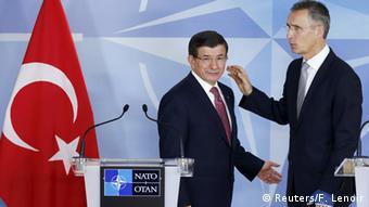 Экс-премьер Турции Ахмет Давутоглу и генсек НАТО Йенс Столтенберг