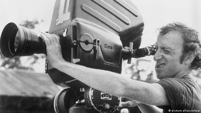 وودی آلن با نخستین فیلمهای کوچک و کمخرج خود، به عنوان چهرهی جوان و پرکار سینمای کمدی نامی شد. او در طول ده سال از ۱۹۶۵ تا ۱۹۷۵ فیلمهایی ساخت که میتوان آنها را کمدی سبک دانست که جز خنداندن تماشاگر هدفی نداشتند. او در چند زمینهی گوناگون استعداد داشت: هم سناریو مینوشت و هم کارگردانی میکرد. نمک و مزهی فیلمهایش وقتی بود که نقش اصلی فیلم را خود ایفا میکرد.