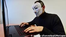 Anonymous Hacker Maske Symbolbild (picture-alliance/dpa/S.Mortagne)