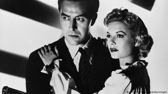 Filmszene: Ein Mann Mann und eine Frau schauen misstrauisch in die Ferne.