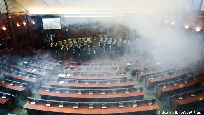Kosovo Parlament Tränengas Polizei Pristina (picture-alliance/dpa/P.Prenaj)