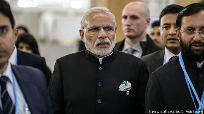 Indian Prime Minister Narendra Modi (C) arrives as he attends Heads of States' Statements ceremony in Le Bourget, north of Paris, France, 30 November 2015 (Photo: picture-alliance/dpa/C. Petit Tesson)
