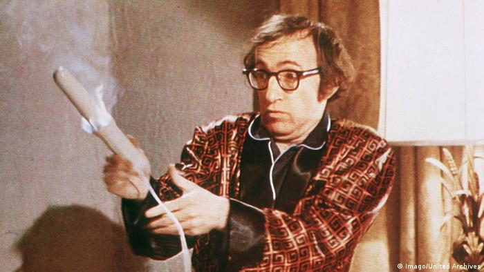 نخستین فیلمهای وودی آلن، به تأثیر از کمدیهای باب هوپ و جری لوئیس، کمدیهایی هستند با ریتم تند و پرتحرک، که طنز گفتاری نیز در آنها نقشی برجسته دارد: پول رو بردار فرار کن! (۱۹۶۹)، انقلابی قلابی (۱۹۷۱)، اون قطعه رو دوباره بزن، سام! (۱۹۷۲)، آنچه همیشه میخواستید درباره سکس بدانید (۱۹۷۲) و عشق و مرگ (۱۹۷۵). نمایی از فیلم آنچه همیشه میخواستید درباره سکس بدانید.