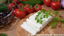 ILLUSTRATION - Ein angeschnittener Feta-Käse liegt am 04.09.2011 in Hannover auf einem Holzbrett. +++ (C) picture-alliance/dpa/K. Remmers