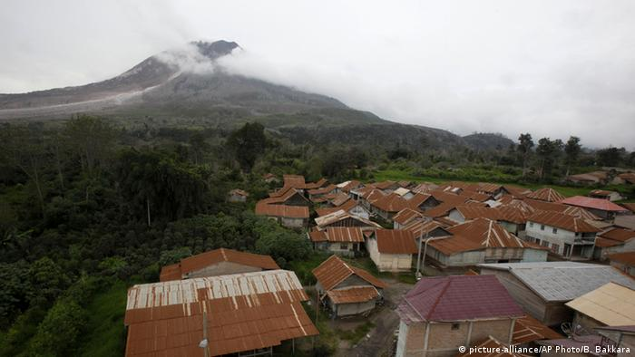 Indonesien Vulkan Sinabung verlassene Dörfer (picture-alliance/AP Photo/B. Bakkara)