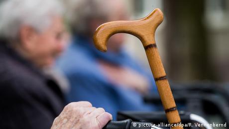 Deutschland Rentner Symbolbild zum OECD-Bericht (picture-alliance/dpa/R. Vennenbernd)