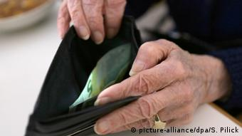 Deutschland Rentner Symbolbild zum OECD-Bericht (picture-alliance/dpa/S. Pilick)