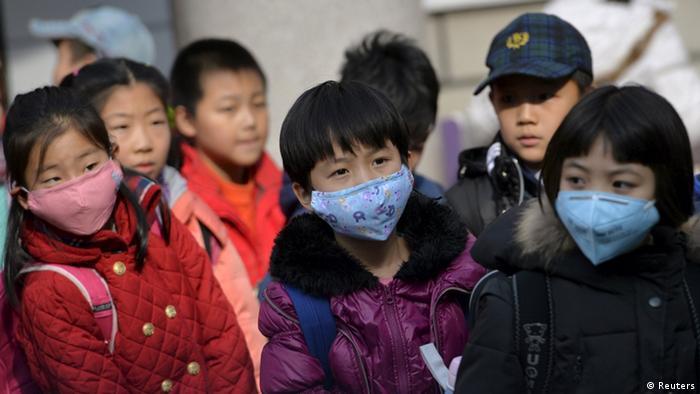 Crianças asiáticas de máscara antipoluição