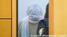 01.12.2015 **** Die Angeklagte Shazia K. wendet sich am 01.12.2015 kurz vor der Urteilsverkündung im Verhandlungsaal des Landgerichts in Darmstadt (Hessen) von den Fotografen ab. Das Gericht sah es als erwiesen an, dass sie gemeinsam mit ihrem Mann Asadullah ihre gemeinsame Tochter Lareeb wegen einer außerehelichen Beziehung ermordet hatte und verurteilte beide zu lebenslanger Haft. Foto: Boris Roessler/dpa Copyright: picture-alliance/dpa/B. Roessler