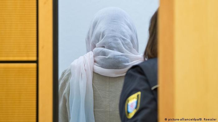 Darmstadt Gerichtsprozess Ehrenmord Angeklagte Shazia K. (picture-alliance/dpa/B. Roessler)