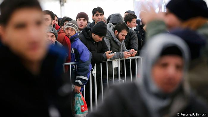 Migrants queue inside a tent at the compound outside the Berlin Office of Health and Social Affairs (LAGESO) waiting to register in Berlin, Germany, December 1, 2015. (Foto: Reuters/F. Bensch)