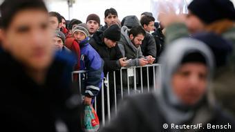 Беженцы в очереди на подачу ходатайства об убежище