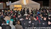 BERLIN - DEUTSCHLAND 19.11.2015 - VERSCHIEDENES - Hunderte Fluechtlinge harren weiterhin vor dem Landesamt fuer Gesundheit und Soziales (LaGeSo) in Berlin-Moabit aus. Obwohl sie einen Termin fuer ihre Registrierung als Asylbewerber bei der Behoerde haben, muessen sie die Nacht hindurch anstehen. Viele von ihnen sind bereits seit mehreren Wochen und Monaten in Deutschland und warten auf ihre Registrierung. Solange duerfen sie nicht arbeiten, haben keine Krankenversicherung oder bekommen Geldleistungen. Das Sicherheitspersonal und die Polizei haben alle Haende voll zu tun, um die Menge zu kontrollieren. Bild zeigt: Grosse wartende Menge vor dem LaGeSo in der Nacht. Dazwischen Polizeikraefte. picture alliance/CITYPRESS 24