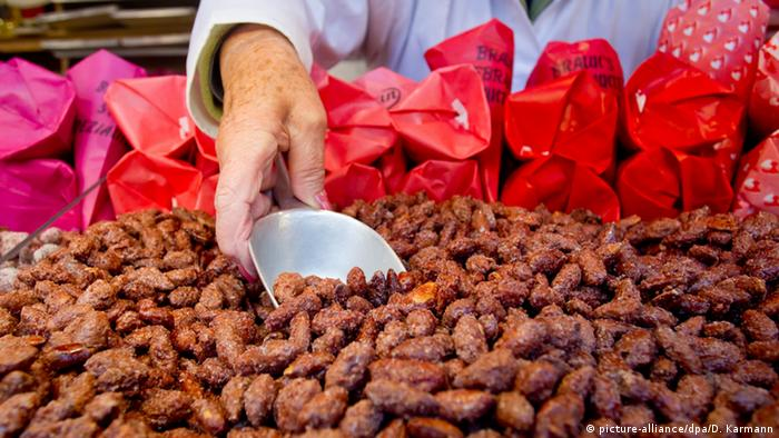 Roasted almonds at a Christmas market (Foto: dpa)
