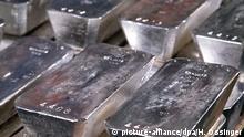 ARCHIV - In Fünfergruppen gestapelt liegen Silberbarren bei der Deutschen Gold- und Silberscheideanstalt (DEGUSSA) auf einem undatierten Foto versandfertig im Tresor. Foto: Horst Ossinger (Zu dpa Bericht: Deutsche Bank verklagt - Angebliche Silberpreis-Manipulation vom 26.07.2014) +++(c) dpa - Bildfunk+++