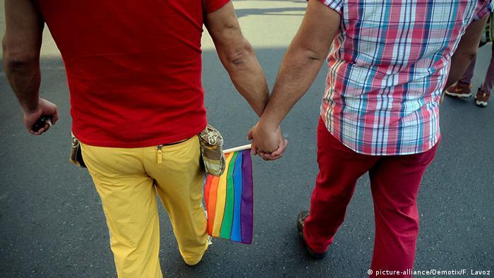 Symbolbild Homosexualität Gay Männer Händchen halten (picture-alliance/Demotix/F. Lavoz)