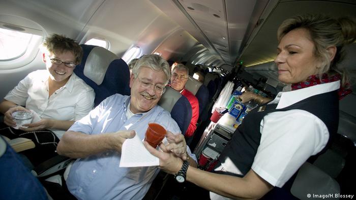 Flugzeug Tomatensaft Flugbegleiterin Reise Fluggäste LTU