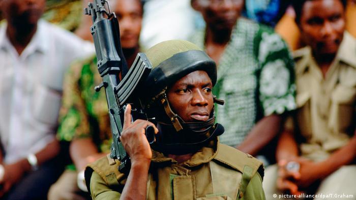 Soldat Kamerun Maschinengewehr West Afrika