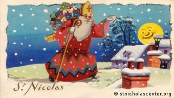 Postkarte, auf der ein Nikolaus zu sehen ist, der mit einem Sack Geschenken auf dem Rücken durch eine verschneite Landschaft läuft. (Foto: stnicholascenter.org)