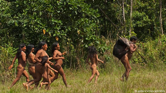 Ecuador Yasuni National Park Indianer vom Stamm der Huaorani