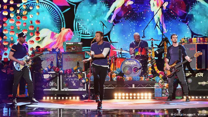 Auftritt von Coldplay in den USA: Chris Martin tanzend auf der Bühne (Foto: Getty Images/K. Winter)