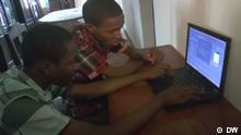 AoM- Video: Nigeria: young Google competitors Screenshot: Osine und Anesi Ikhianosime Screenshot: Charles Offiah stört der Stau mittlerweile kaum noch. Der IT-Berater nutzt die Zeit im Taxi auf dem Weg zur Arbeit um zu arbeiten. Möglich macht DAS ein kleines WLAN-Modem im Auto. Lagos, Nigeria: Die beiden Brüder Osine und Anesi Ikhianosime sind 14 und 16 Jahre jung – und programmieren in ihrer Freizeit. Das Ergebnis ist ein Webbrowser für Smartphones – besonders geeignet für günstige Modelle in Entwicklungsländern. Copyright: DW