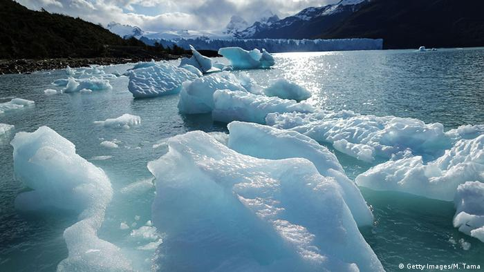 Melted glacial ice floats in front of the Perito Moreno glacier in Los Glaciares National Park (Photo: Getty Images/M. Tama)
