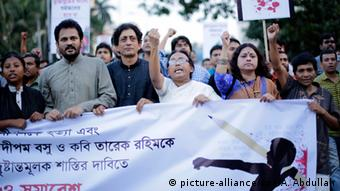 Cultural activists, writers and members of the Ganajagaran Mancha shout slogans as they attend a rally protesting the killing and attacks on the publisher and bloggers in Dhaka, Bangladesh 01 November 2015 (Photo: picture-alliance/epa/A. Abdullah)