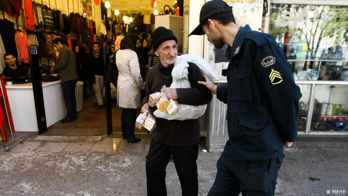 كارگری و دستفروشی پیرمردان و پیرزنان به ویژه در تهران و شهرهای بزرگ صحنهای آشناست. شورای ملی سالمندان ایران اعلام کرده که حدود یکسوم سالخوردگان کشور از فقیرترین قشرهای جامعه هستند.