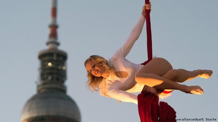 Einfach himmlisch - Weihnachtszeit in Berlin Die Sportakrobatin Susanne schwebt am 23.11.2015 in Berlin zur Eröffnung des Weihnachtsmarktes am Einkaufszentrum Alexa als Weihnachtsenge