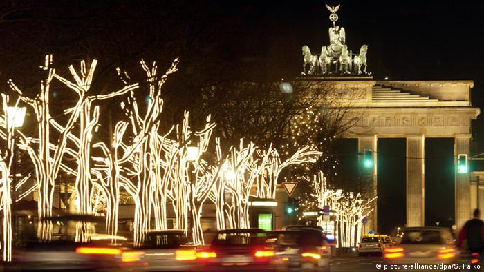 Christmas lights in front of the Brandenburg Gate in Berlin (picture-alliance/dpa/S. Falko)