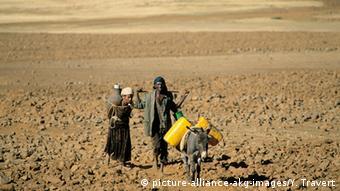 Äthiopien Dürre Wassertransport (picture-alliance-akg-images/Y. Travert)