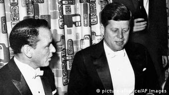 Frank Sinatra and John F. Kennedy, Copyright: picture-alliance/AP Images