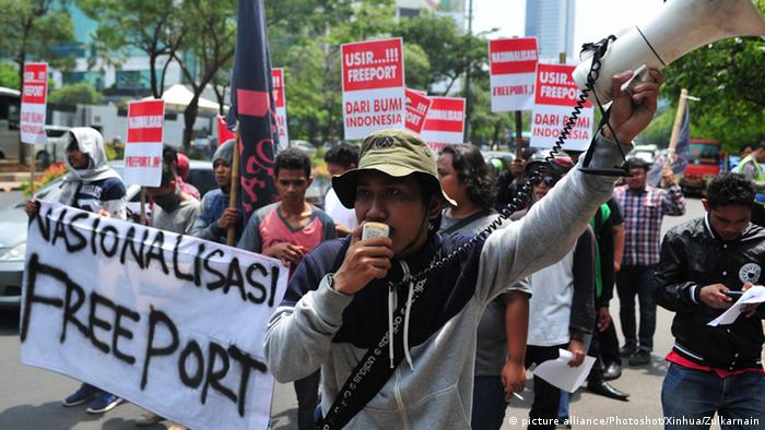 Indonesien Demo vor dem Sitz von Freeport McMoran Inc. in Jakarta (picture alliance/Photoshot/Xinhua/Zulkarnain)