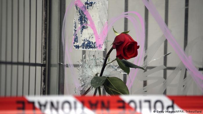 Una rosa recuerda a las víctimas del atentado del 13.11.2015 en el Bataclan, en París.