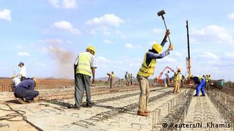 Pour l'instant ce sont plutôt les Chinois et les Indiens qui profitent des marchés africains. Ici, la constrution de la ligne de train qui doit relier Mombasa à Nairobi. Montant total des travaux: 14 milliards d'euros.