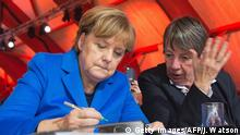 Paris Klimagipfel Merkel mit Hendricks (Getty Images/AFP/J. Watson)