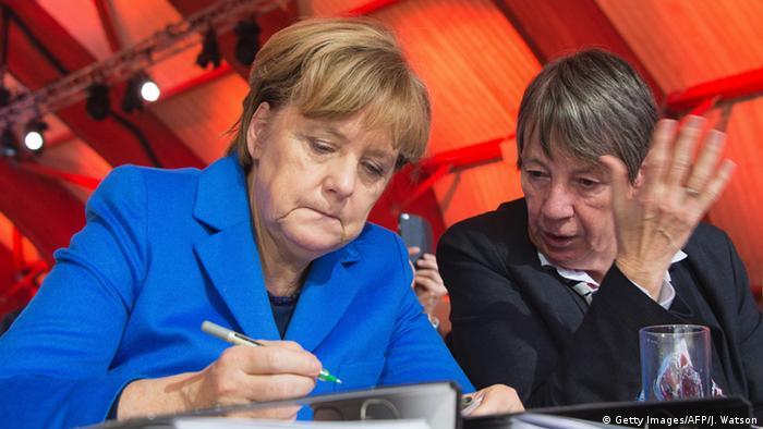 Bundeskanzlerin Merkel und Umweltministerin Hendricks Ende November 2015 bei der Pariser Klimakonferenz (Foto: Getty Images/AFP/J. Watson)