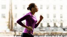 Schwarze Frau beim Joggen